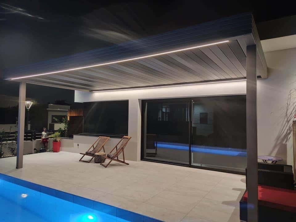 pergola bioclimatique avec eclairage devant piscine