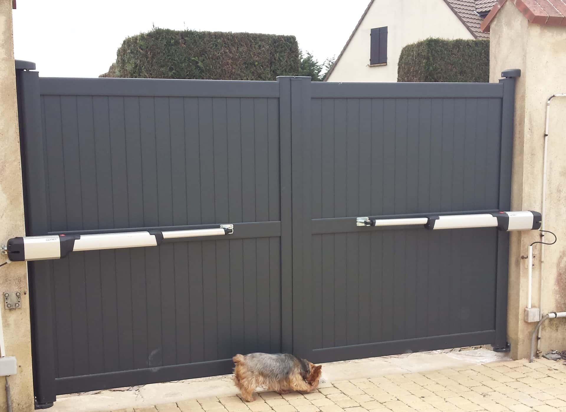 portail battant motorisé aluminium noir