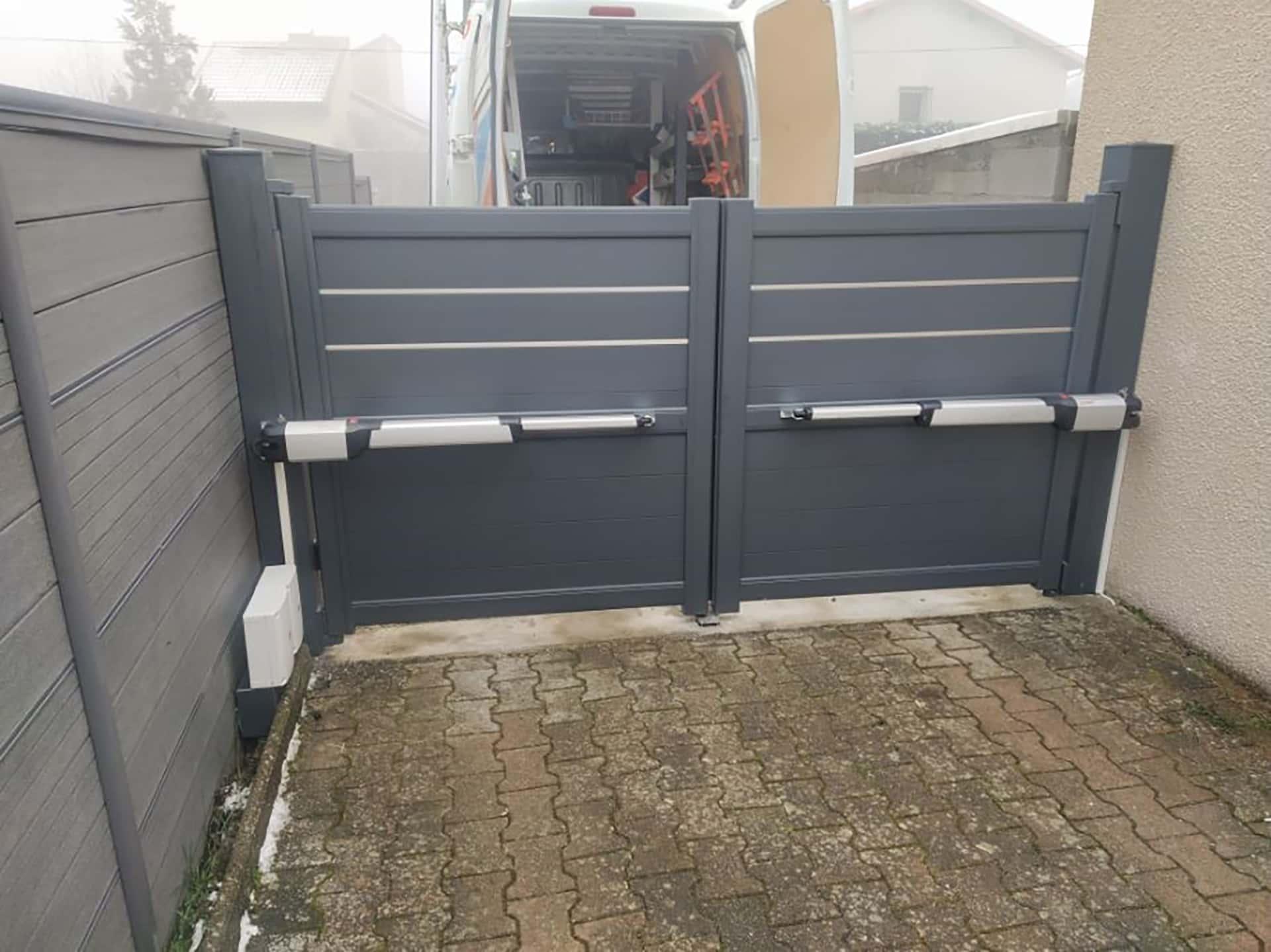 portail battant motorisé aluminium noir et liseret metalique