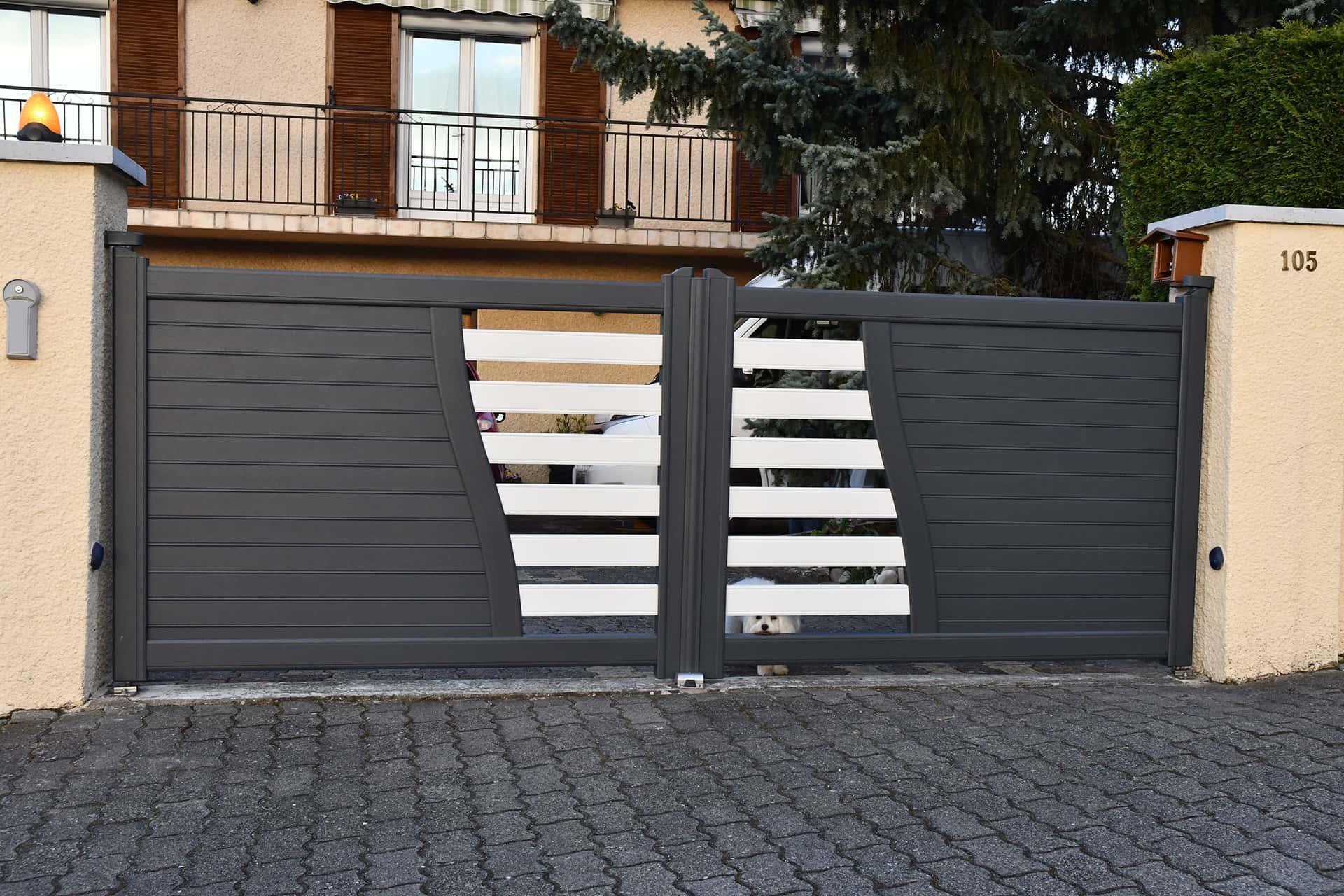 portail battant aluminium noir et blanc ajouré