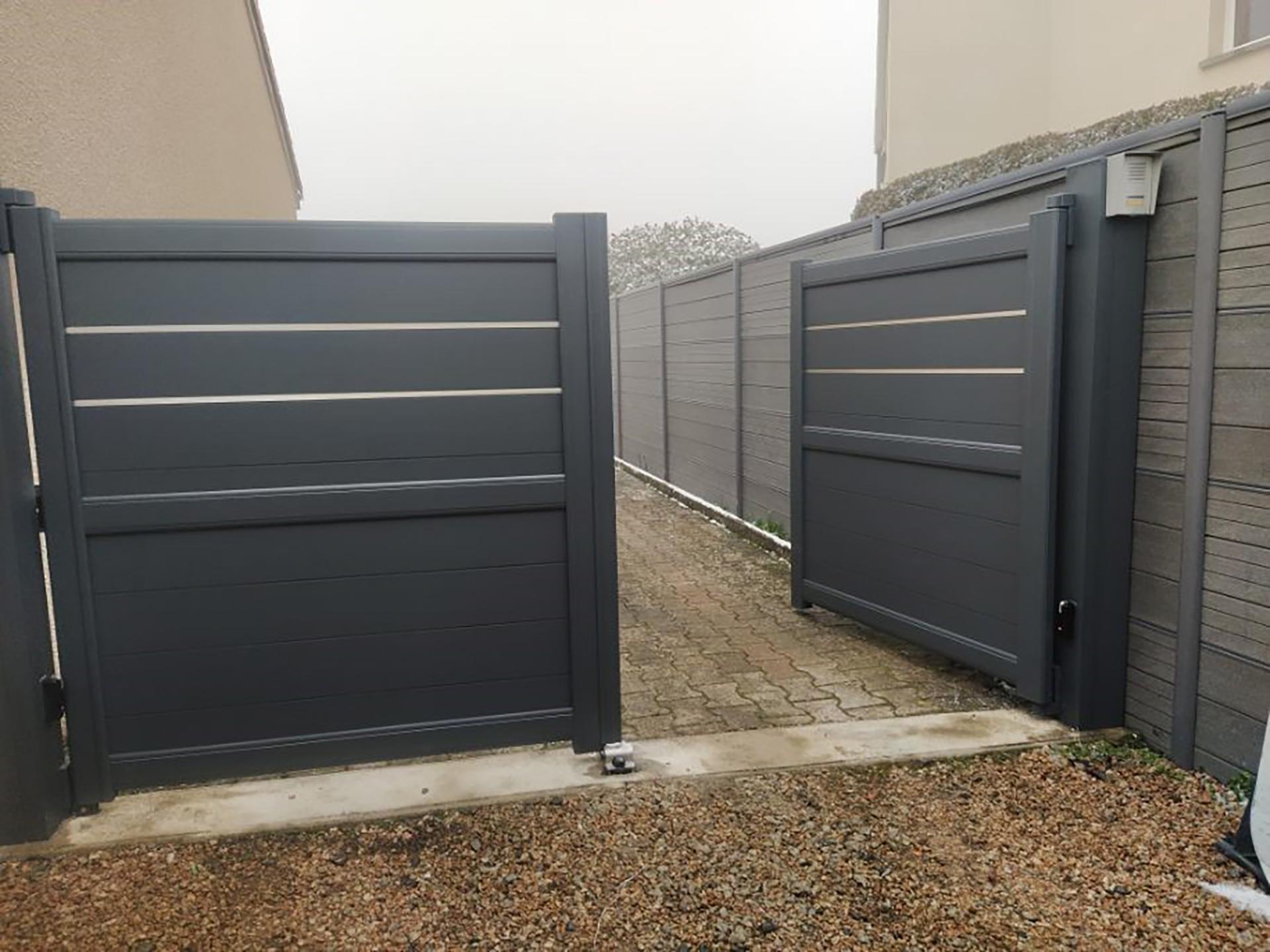 portail battant aluminium et liserets metalique
