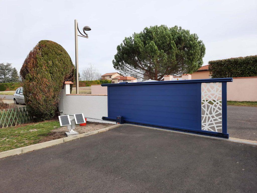 portail coulissant bleu avec moteur