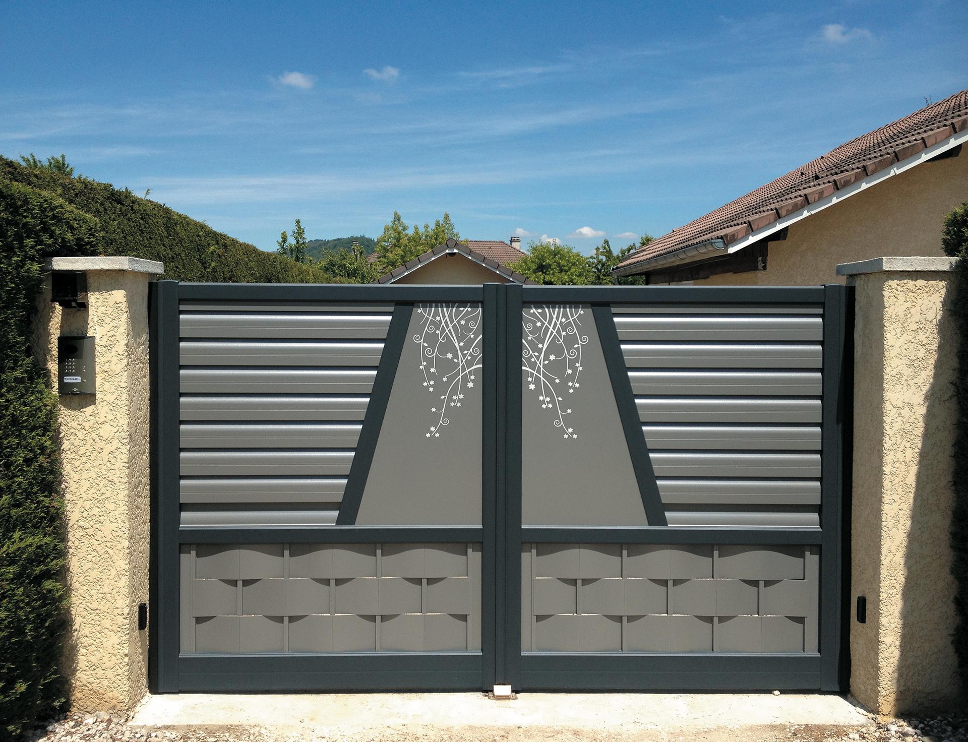 portail battant motorisé aluminium gris et motif floral