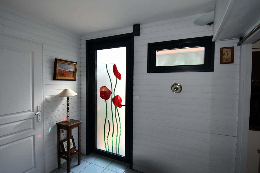 photo porte entree aluminium blanc vitrée avec motifs fleur coquelicots