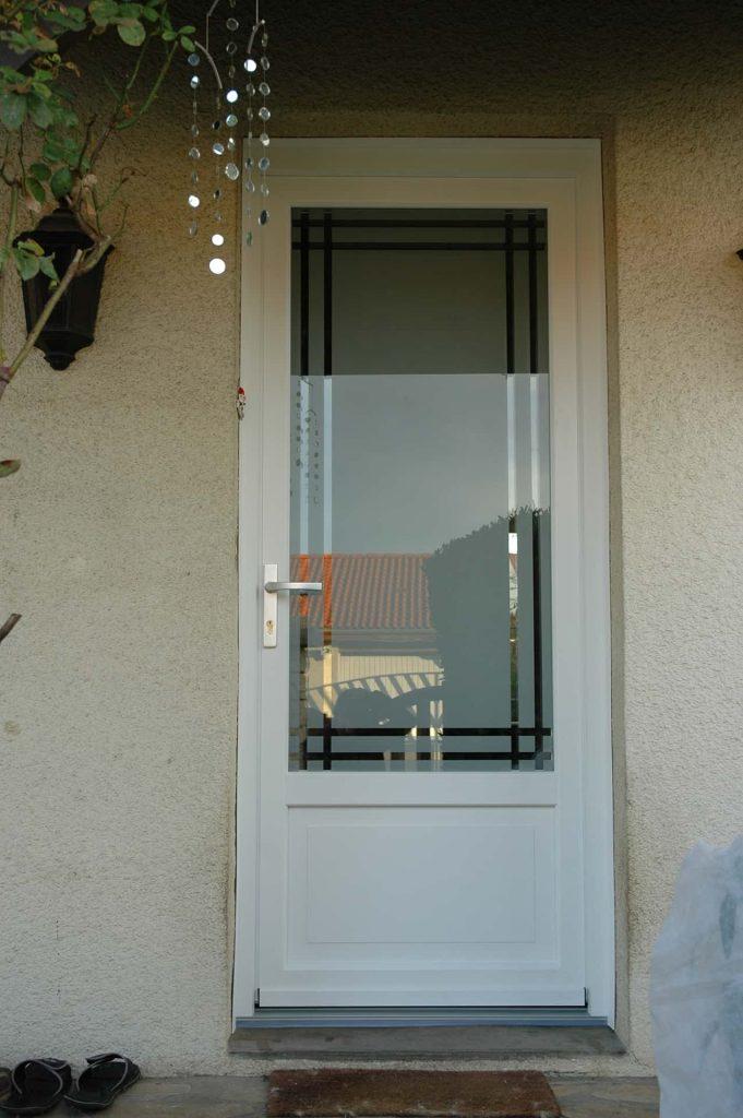 photo porte entree aluminium blanc vitrée avec motifs geometriques