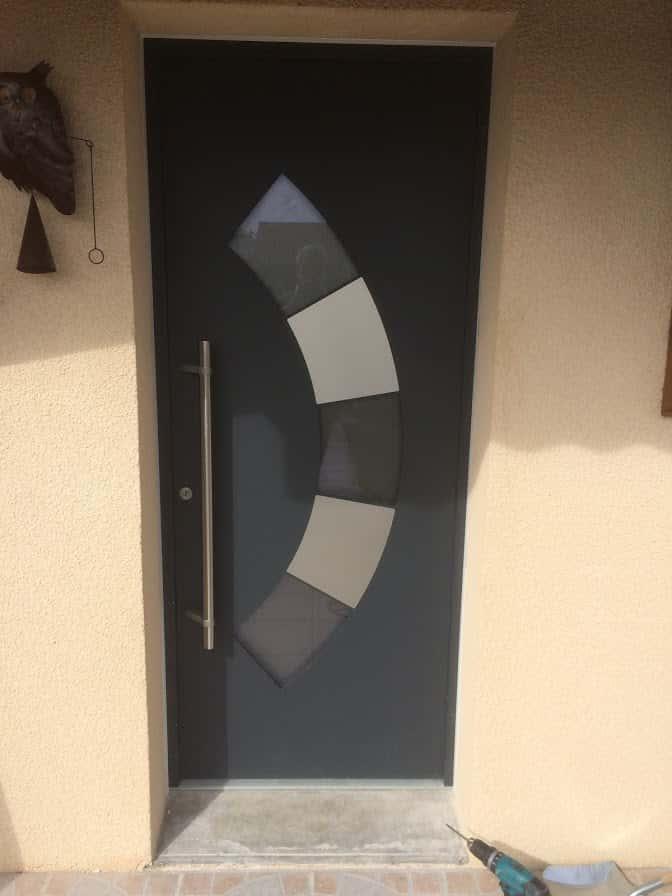 photo porte entree aluminium noir vitrée avec motifs