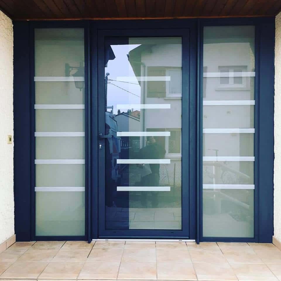 photo porte entree aluminium avec deux parties fixes vitrées